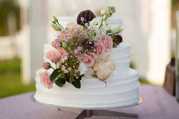 Mehrstöckige Hochzeitstorte mit Blumen