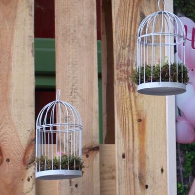 Weißer Vogelkäfig als Dekoelement zum Aufhängen